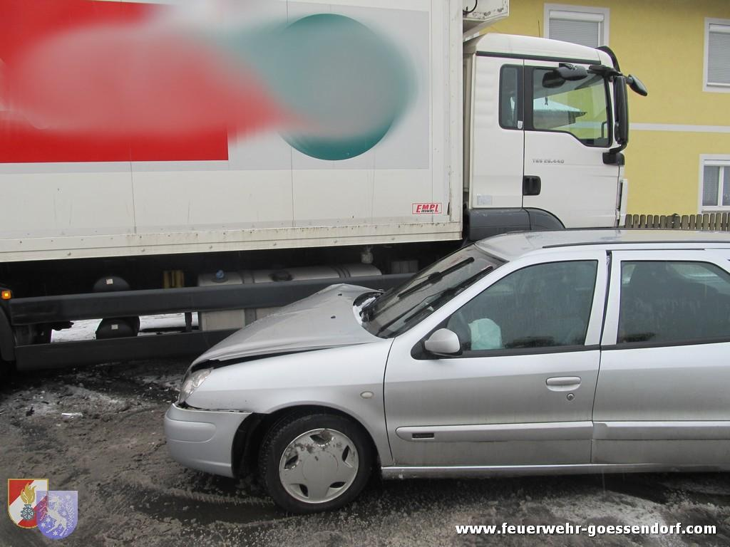 Verkehrsunfall mit eingeklemmter Person